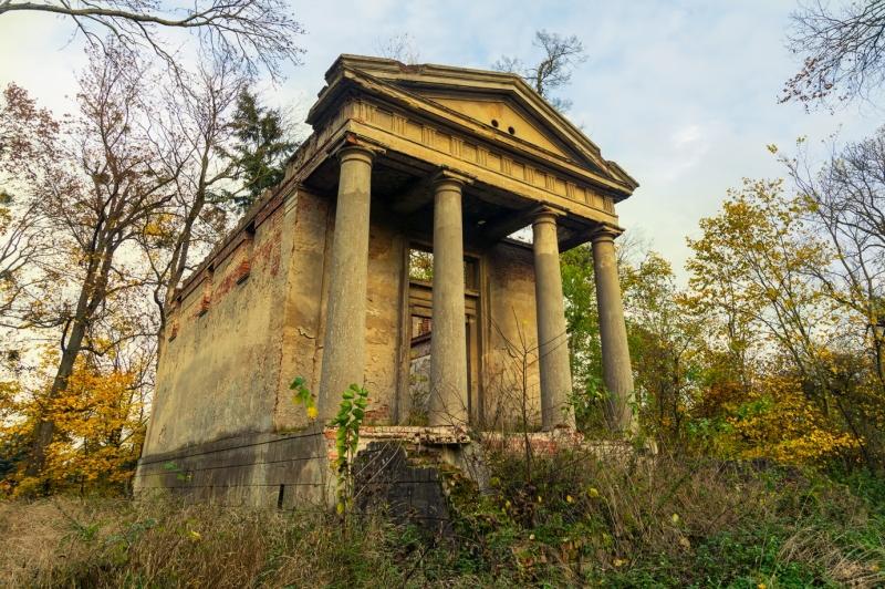 Mauzoleum rodziny Cohnów - ruiny.